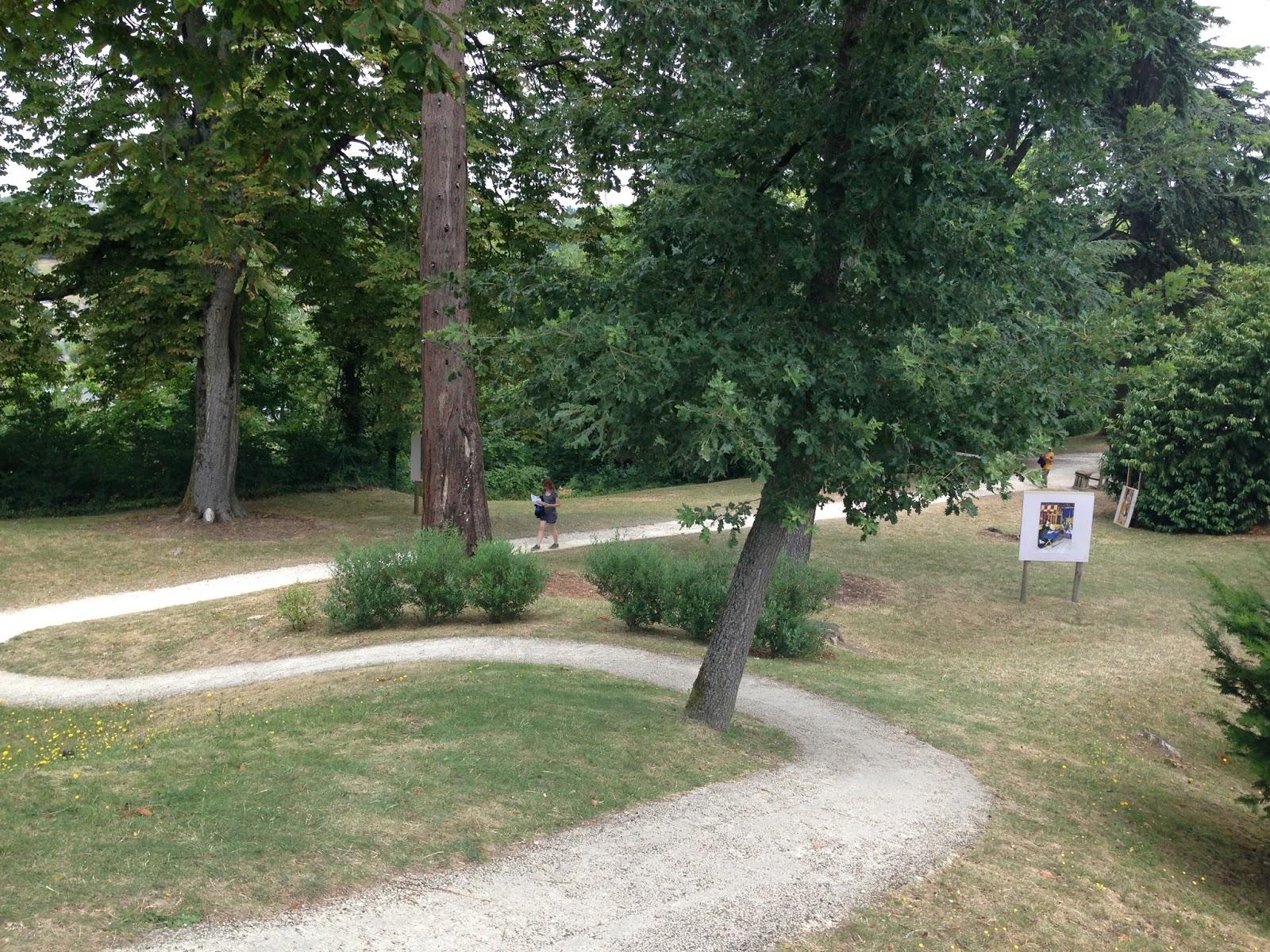 park przy zamku w Languais wypełniomy olbrzymimi drzewami i stanowiskami z grami dla dzieci