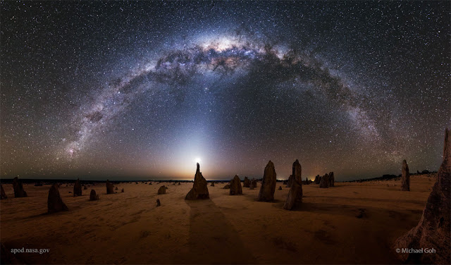 Via Láctea sobre os pináculos da Austrália