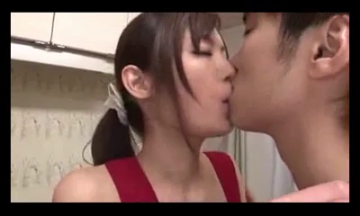 Video Bokep Ngentot Memek Ngangkang Pacar Seksi Cantik Horny Saat Masak Di Dapur
