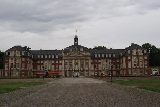 Ein goßes Barockschloss mit rötlicher Fassade