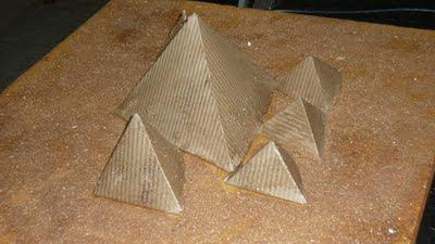 maqueta hecha con cartón de las pirámides de Egipto