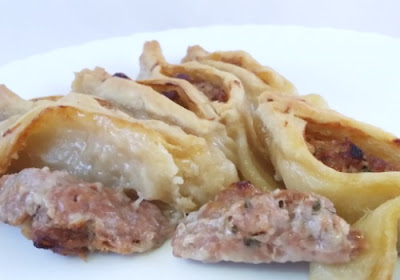 Plato hecho con barquitas  de pan rellenos de carne picada