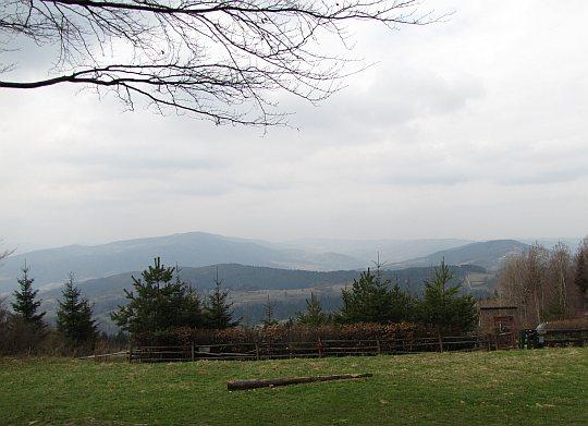 Panorama Beskidu Makowskiego z polany pod schroniskiem na Kudłaczach