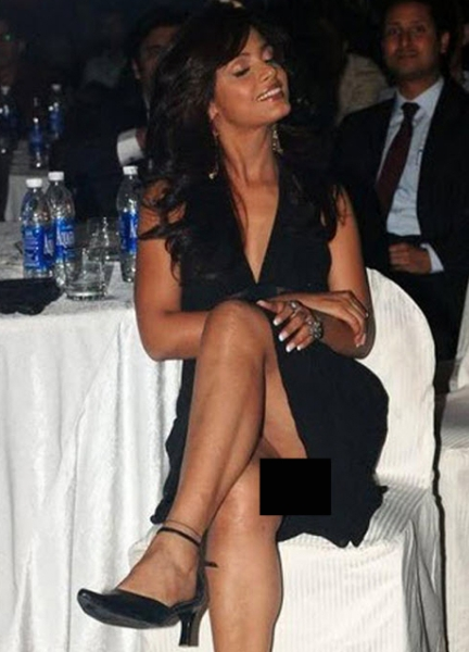 Neetu Chandra Wardrobe Malfunction, Neetu Chandra sexy legs, Neetu Chandra at awards