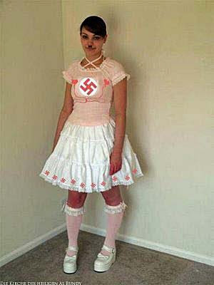 Witziges Mädchen in rosa Kleid mit Hakenkreuz lustig