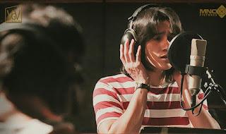 Chrisye bernyanyi lagu-lagu syahdu