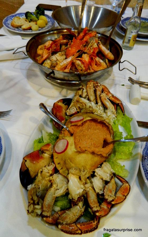 Pratos típicos portugueses: cataplana de mariscos e sapateira