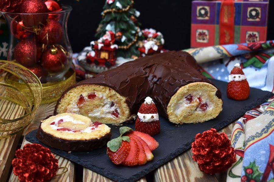 Tronco de Navidad relleno de nata (crema de leche) con fresas y chocolate