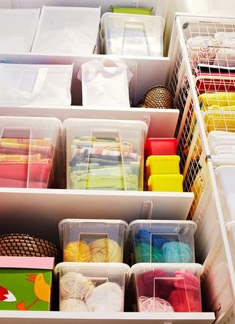 Guarda en estas cajas distintos elementos