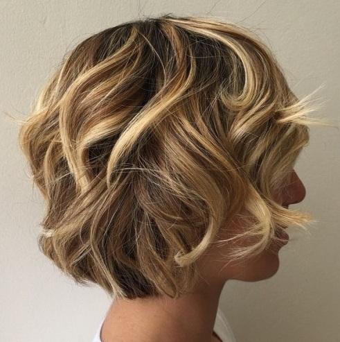 Balayage en pelo corto es una de las principales tendencias ahora mismo. Para dominar la mirada, lo más destacado debe enmarcar la cara, empezando casi en