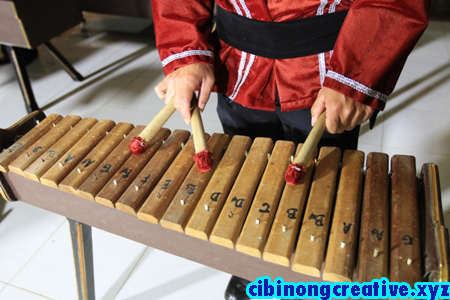 Cara Memainkan Alat Musik Kolintang || How to Play a Musical Instrument Kolintang