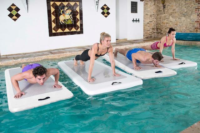 L'ultima disciplina acquatica si chiama Aquaphysical, un grande tappeto galleggiante su cui praticare esercizi di fitness, yoga e pilates.