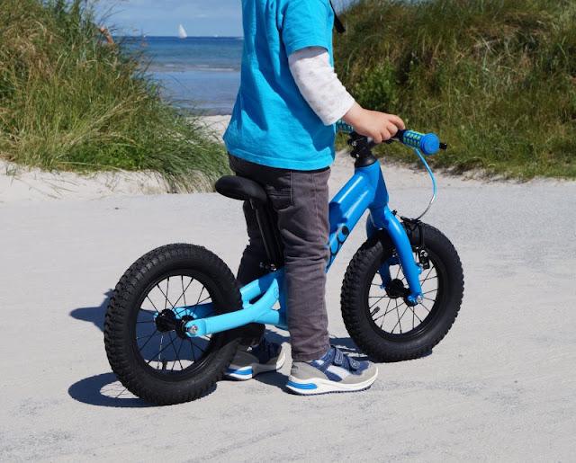 Mit dem Ollo Laufrad die Strandpromenade entlang! Mit Blick auf den Strand von Stein und die Dünen dahin zu radeln, macht einfach Spaß!