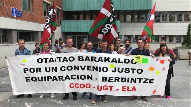 Concentración de trabajadores de la OTA ante el Ayuntamiento