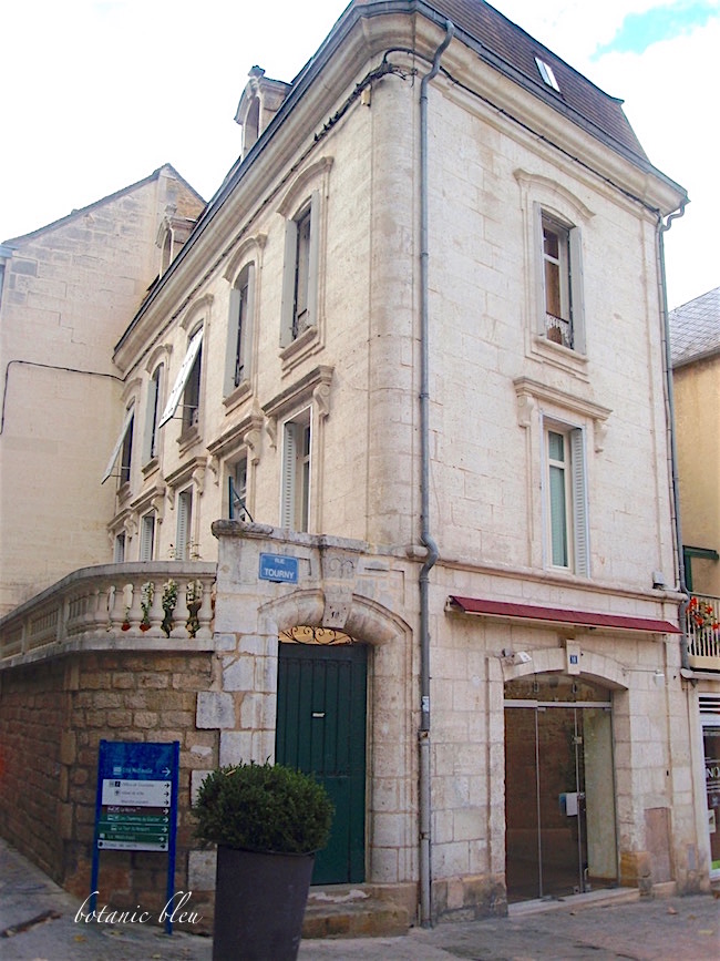 stone-french-house-in-sarlat-with-eyebrow-arch-doors-windows