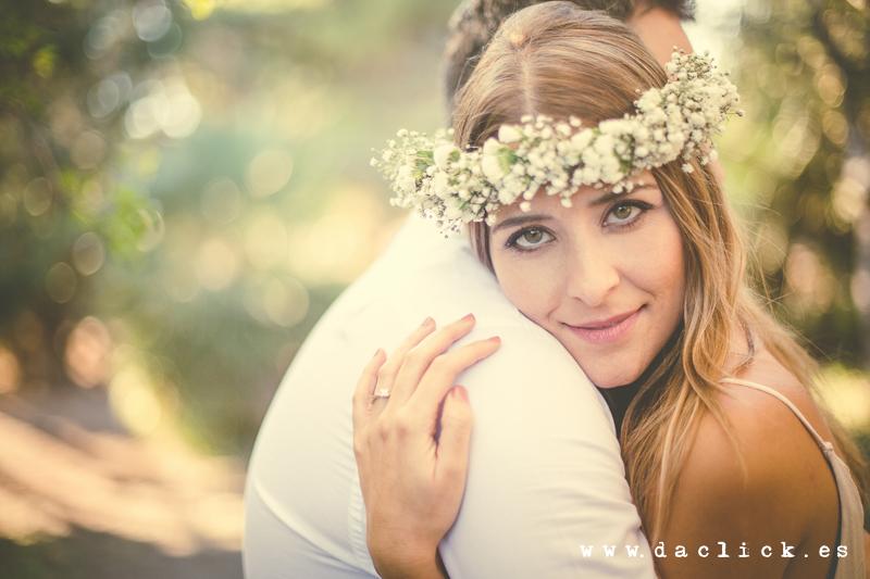 Raquel con una corona de flores en la preboda