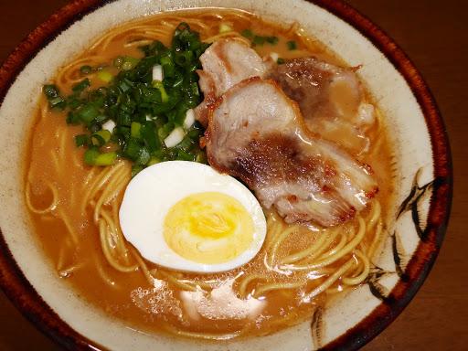 【五木食品】熊本もっこすラーメン ストレート中太麺 風味際立つ黒マー油入り豚骨スープ付