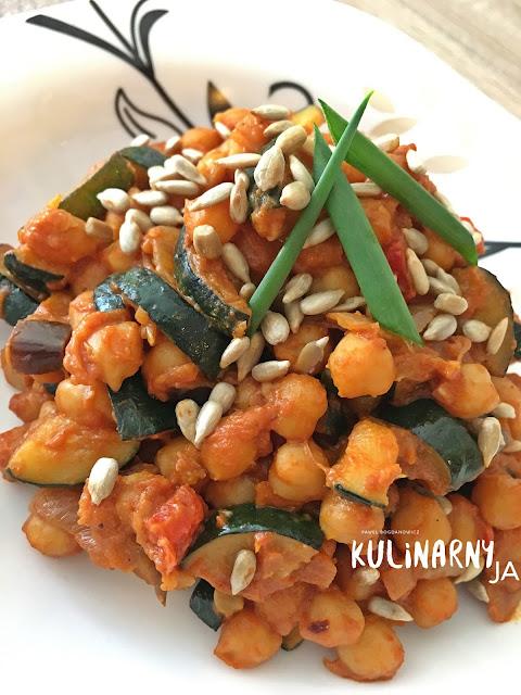 Ciecierzyca z warzywami w sosie pomidorowo-paprykowym z masłem orzechowym i prażonymi pestkami słonecznika