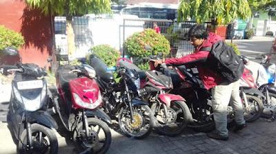 Waduh .. Oknum Brimob Tertangkap Basah Bawa Tiga Motor Curian ke Lampung Timur, Bahkan Diketahui Ada Ratusan Plat di Rumahnya - Commando