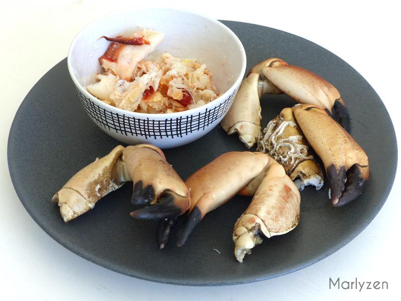 Cassez des pinces de crabe et prélevez la chair.
