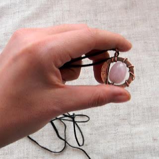 Медный кулон с розовым кварцем