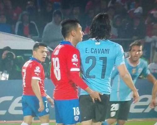 Cavani phải nhận thẻ đỏ bắt nguồn từ pha xấu chơi của Jara