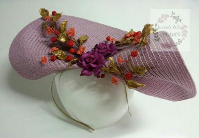 tocado grande con base redonda de paja y ramilletes de flores de porcelana