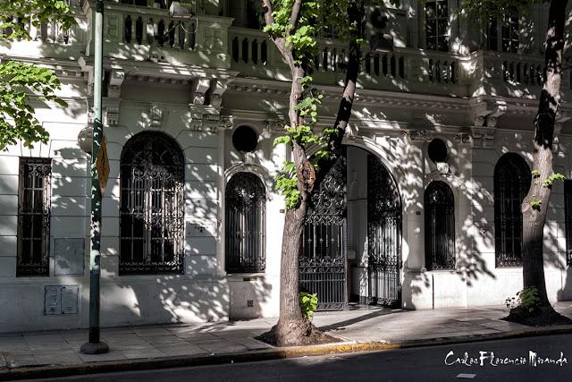 Antigua casa de barrio un portón don una hoja de rejas abierta