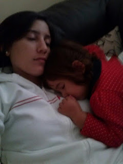 Madre agotada durmiendo con hija