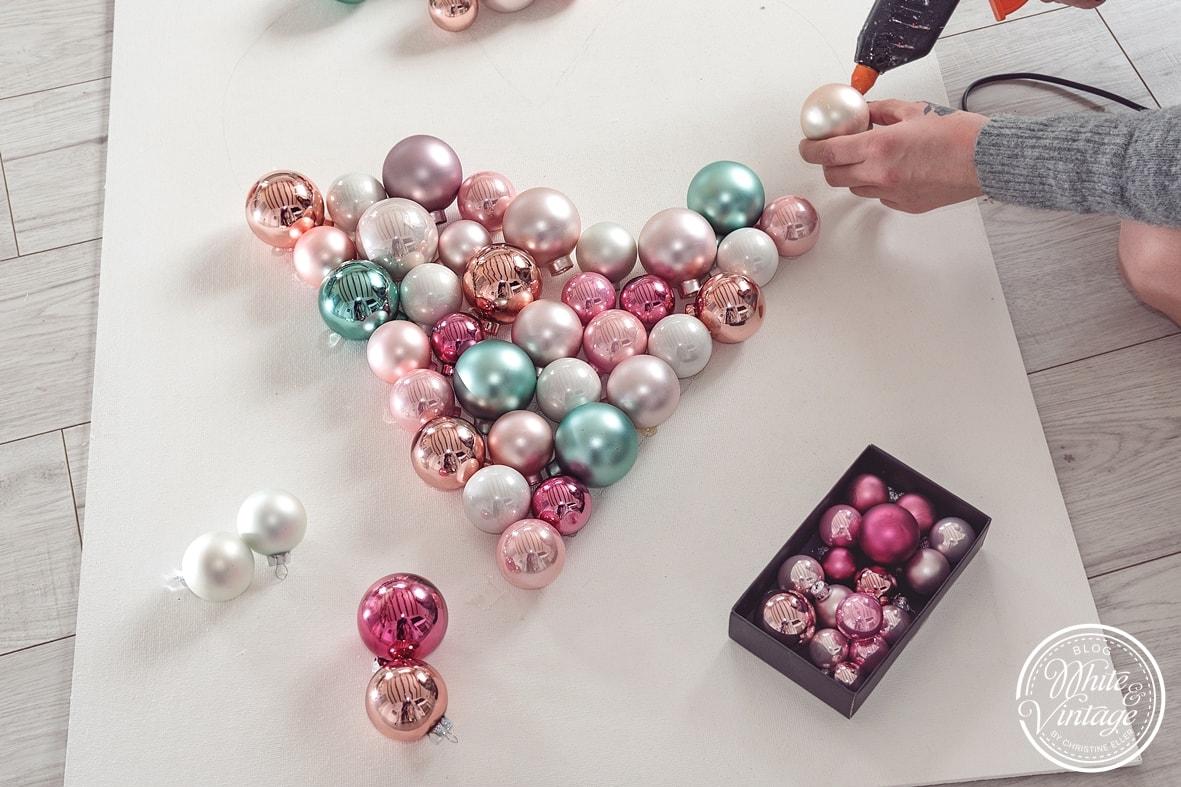 DIY Geschenk Valentinsherz aus Weihnachtskugeln basteln