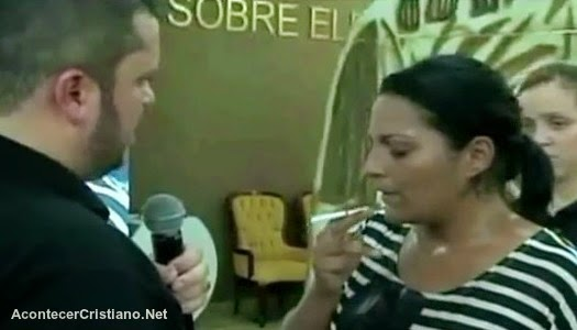 Mujer fumando cigarro para curarse por unción del olvido