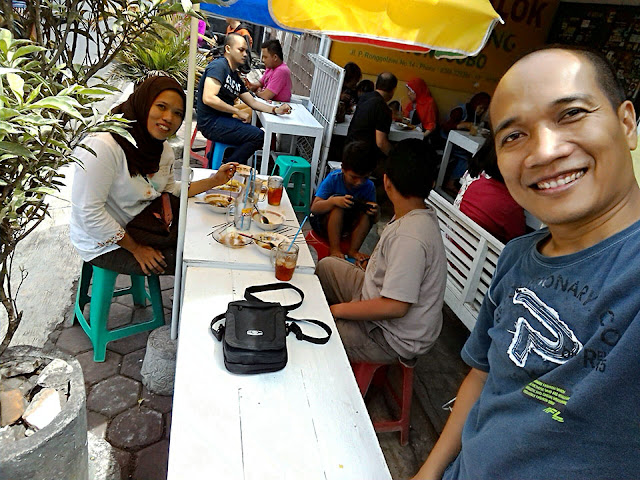 Menikmati kelezatan Mie Ongklok Longkrang  bersama keluarga.