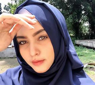 Moniq Crasivaya Pakai Hijab