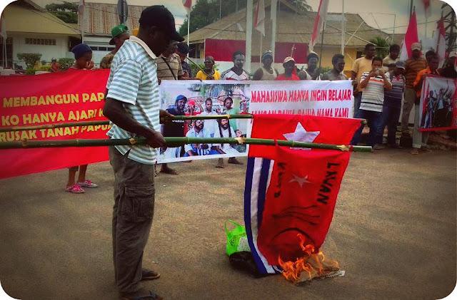 Masyarakat Adat dan Mahasiswa Merauke Bakar Bendera KNPB dan Bintang Kejora