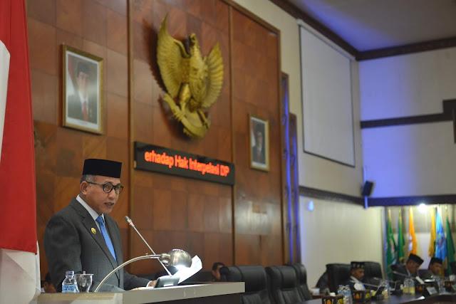 Wakil Gubernur Aceh Nova Iriansyah menghadiri paripurna istimewa DPRA dan memberikan jawaban hak interpelasi DPR Aceh terhadap pergub APBA dan pergub tentang perubahan lokasi eksekusi hukuman cambuk, Gedung Utama DPRA, Banda Aceh, Kamis, 28-06-2018.
