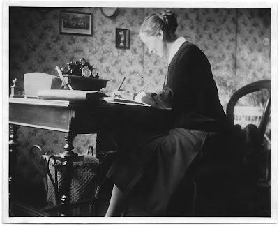 Frau am Schreibtisch (altes Schwarz-Weiß-Foto)