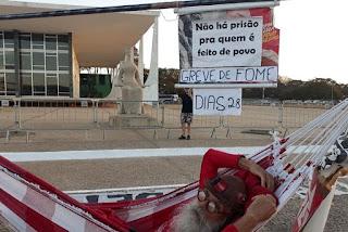 Manifestantes recepcionam paraibano após 29 dias de greve de fome em Brasília