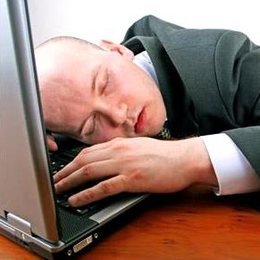 Foto de hombre durmiendo en el trabajo