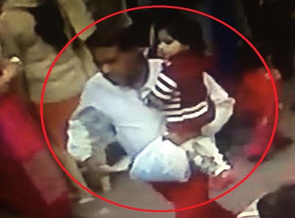 इस तस्वीर को शेयर कर अपहरणकर्ता को गिरफ्तार करवाने में पुलिस की मदद करें
