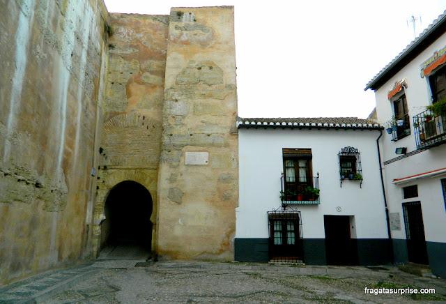 Granada, Andaluzia: Porta de Las Pesas, entrada do bairro mouro do Albaicín