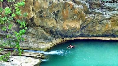 berenang di danau sanghyang heuleut