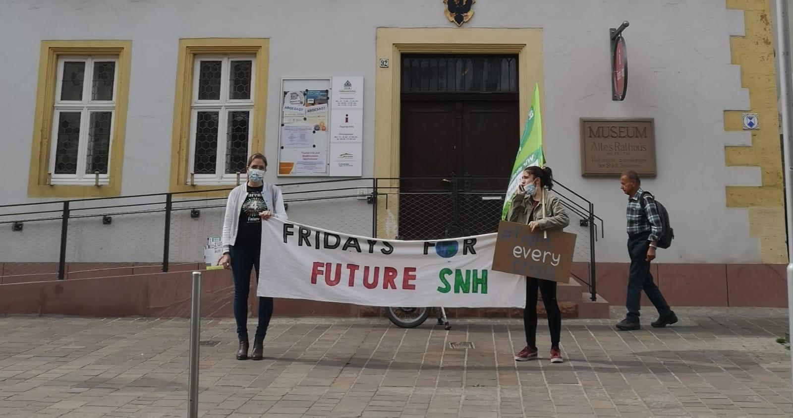 Yushka Brand und Clara T. vor dem Alten Rathaus in Sinsheim, Mahnwache für Klimagerechtigkeit