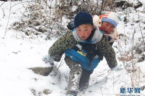 Cậu bé 9 tuổi cõng em chuyển nhà dưới tuyết - 11 độ C