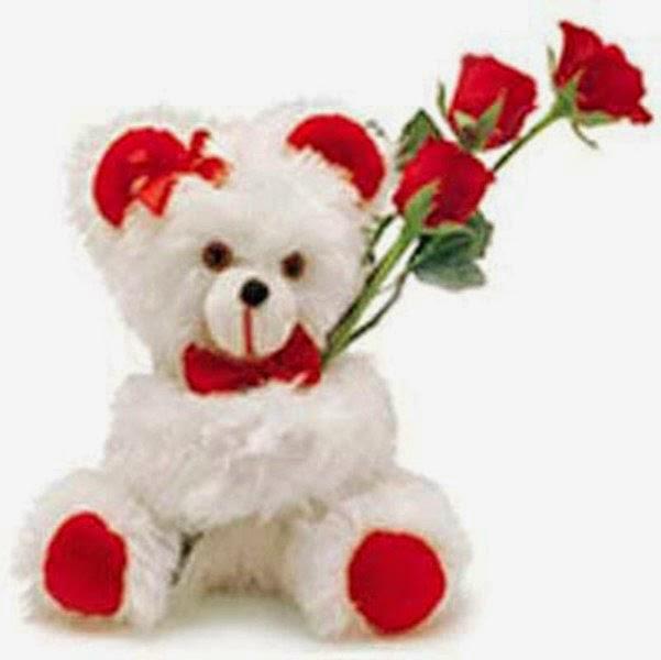 Lucunya boneka beruang putih bawa bunga
