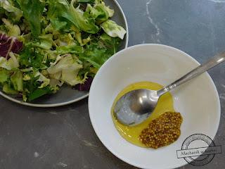 sałatka na przyjęcie dip miodowy musztardowy sałatka fit mix sałat sałata lodowa musztarda francuska miód prażony słonecznik orzechy włoskie prażone mechanik w kuchni sałatka ze słodkim dipem sosem restauracja kawiarnia maja