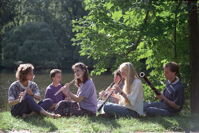 Varsovie, parc Lazienki, musiciens au bord de l'eau, © L. Gigout, 1990