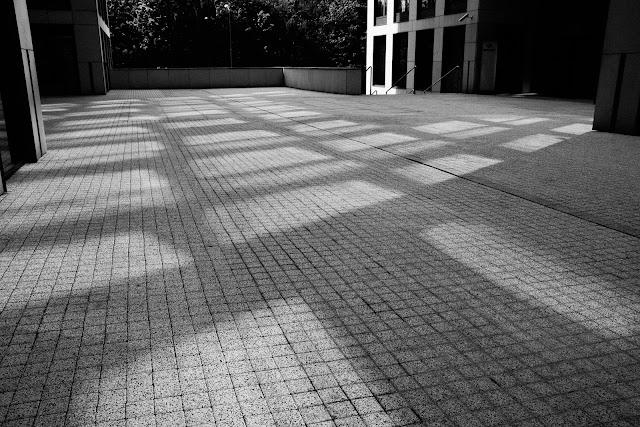 Suita słoneczna - koncepcyjna fotografia czarno-biała. Kompozycja abstrakcyjna - światło i cień. Fotografia odklejona. fot. Łukasz Cyrus, Ruda Śląska, 2017r.