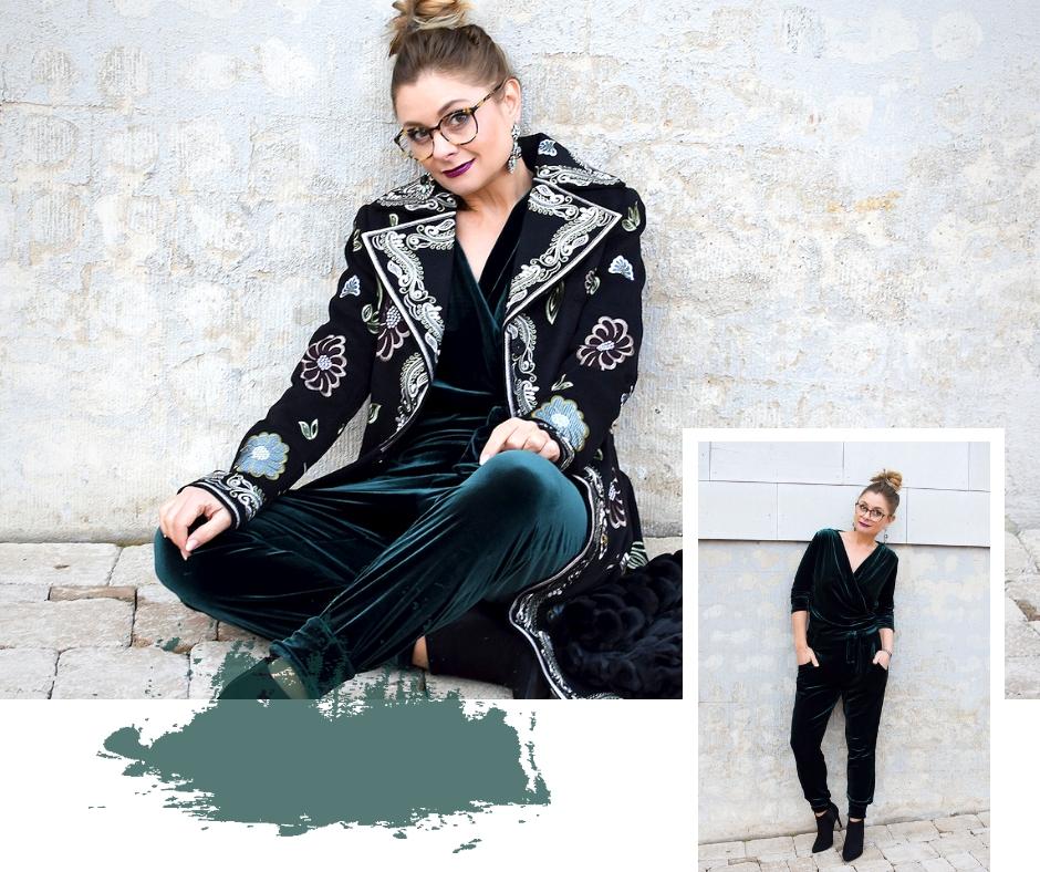 Dunkelgrüner Samt Jumpsuit und bestickter, schwarzer Mantel von Wenz