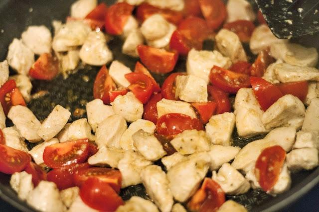 Zoodlen mit Hähnchen-Tomaten-Parmesansoße