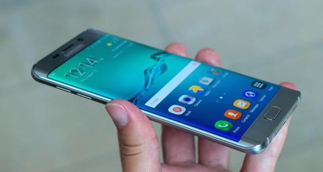 Samsung Galaxy S • Addio definitivo agli schermi flat?